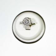 Anello a fiore in oro bianco con diamanti