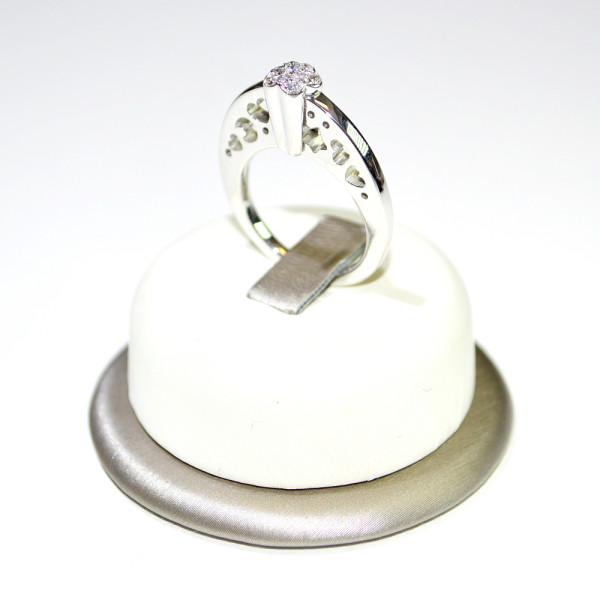 Anello oro bianco con diamanti e decorazioni a cuore 2